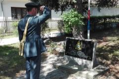 Viktor Wildner u památníku Viléma Noska, padlého rodáka z Líní, letce RAF. Viktor Wildnerin front of memorial of Vilém Nosek, RAF, KIA airmen from Líně near Pilsen.