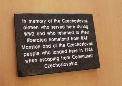 9 - Pamětní deska československým letcům v RAF, pamětní stěna Spitfire and Hurricane Memorial Musea v Manstonu