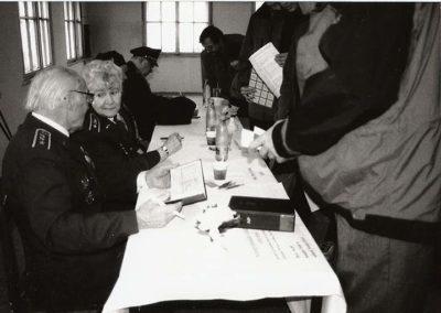 1 - Autogramiáda válečných veteránů - Zleva plk. Petr Uruba, pilot RAF, plk. Joy Kadečková, příslušnice WAAF, gen. František Peřina, pilot RAF.