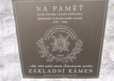 Odhalení dočasného základního kamene Josefu Horákovi a Josefu Stříbrném, letcům RAF z Lidic, 10. 10. 2015