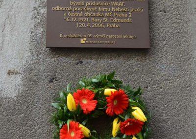 13 - detail věnec a deska Pamětní deska bývalé příslušnici WAAF Joy Kadečkové, Turner, vdově po letci Aloisi Mžourkovi