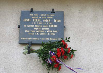Znovuodhalení pamětní desky Josefu Felklovi a křest knihy o jeho osudech, Deblín, 2013