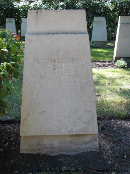 Hrob Václava Blahny, palubního střelce 311. československé bombardovací perutě RAF, Brookwood