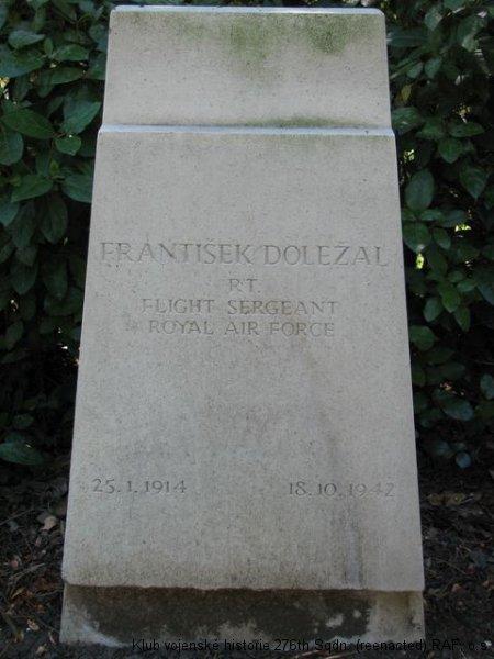Hrob Františka Doležala, palubního střelce 311. československé bombardovací perutě RAF, Brookwood