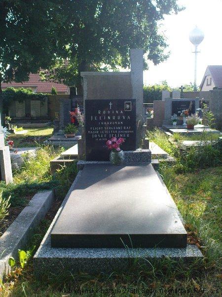 Hrob Josefa Jelínka, palubního střelce 311. československé bombardovací perutě, Týnec nad Labem