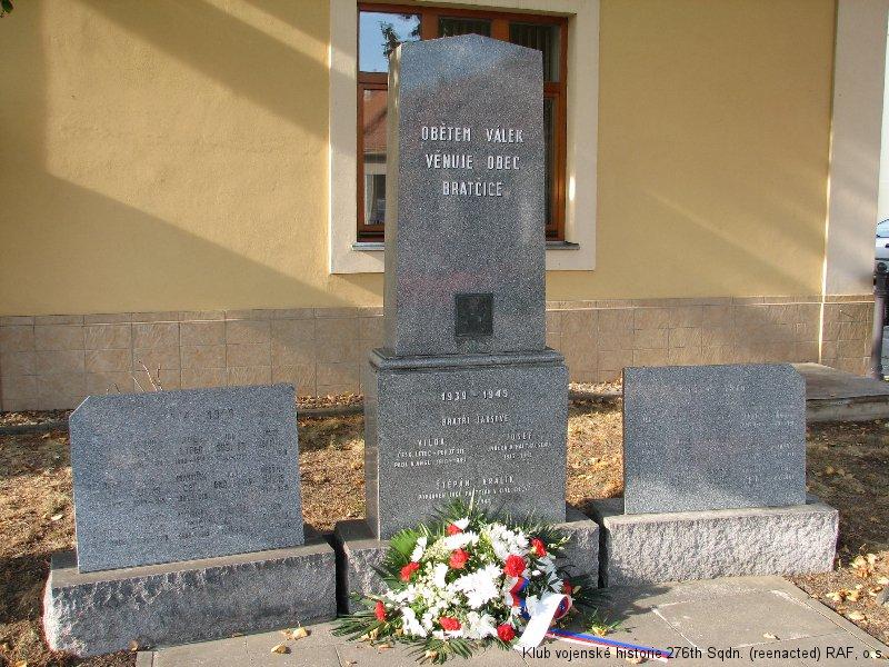 Bratčice, památník padlým této obce obou světových válkách. Nachází se zde i jméno Viléma Jakše, boxera a palubního střelce 311. československé bombardovací perutě