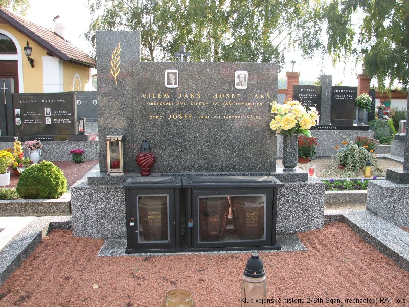 Hřbitov Bratčice - symbolický hrob Viléma Jakše, boxera a palubního střelce 311. československé bombardovací perutě