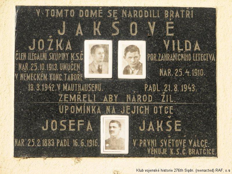Bratčice - pamětní deska na rodném domě Viléma Jakše, boxera a palubního střelce 311. československé bombardovací perutě
