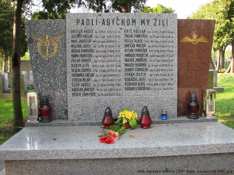 Symbolický hrob/památník Vladimíra Rájeckého, palubního střelce 311. československé bombardovací perutě RAF, Praha, Olšanské hřbitovy