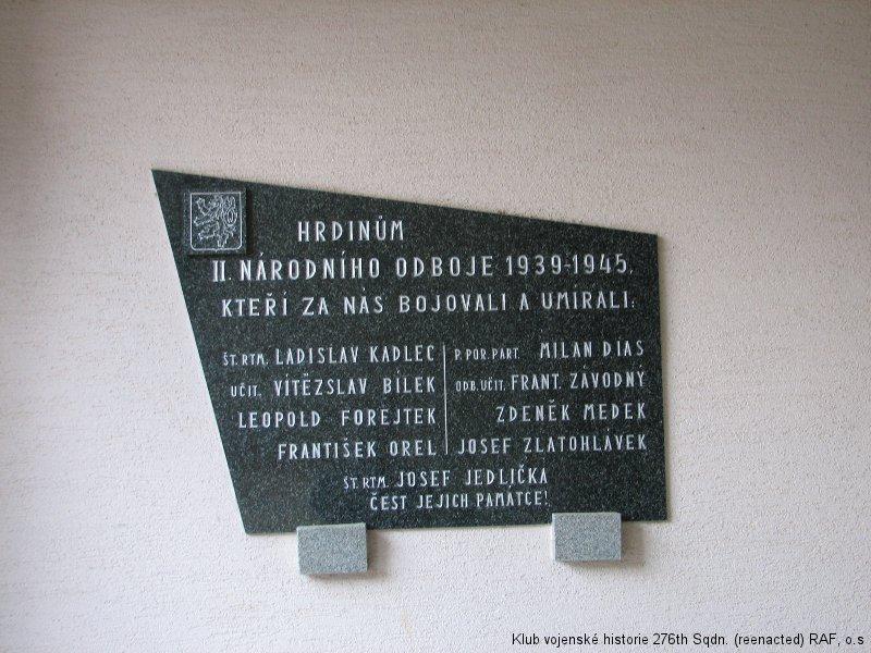 Pamětní deska u vstupu do základní školy Brankovice připomínající i památku Josefa Jedličky, palubního střelce 311. československé bombardovací perutě