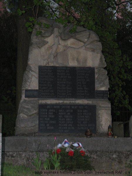 Památník, připomínající památku Ladislava Kadlece, palubního střelce 311. československé bombardovací perutě RAF, Brankovice