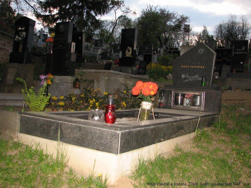 Hrob Josefa Jedličky, palubního střelce 311. československé bombardovací perutě RAF, Brankovice