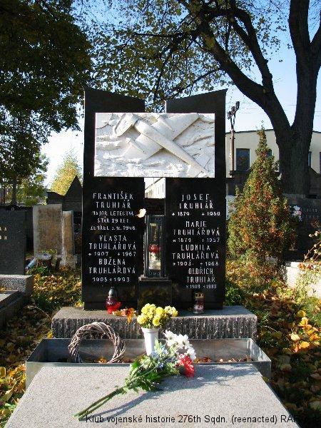 Hrob Františka Truhláře, palubního střelce 311. československé bombardovací perutě a stíhacího pilota 312. československé stíhací perutě RAF, Lomnice nad Popelkou