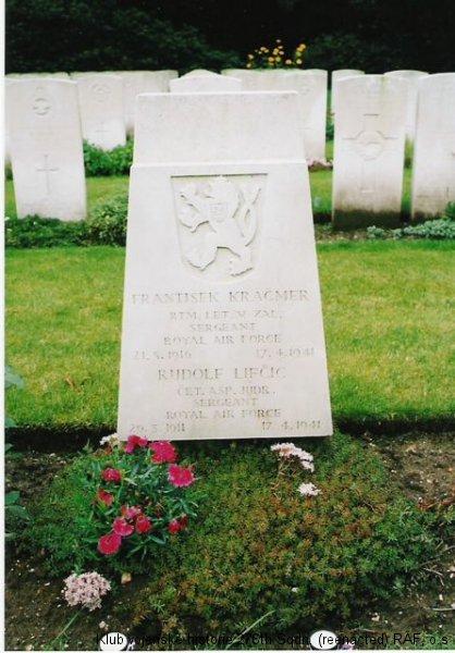 Hrob Rudolfa Lifczicze, palubního střelce 311. československé bombardovací perutě RAF, britský válečný hřbitov Jonkerbors, Nijmegen, Holandsko, foto: Juranovi