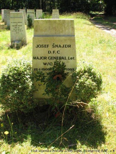 Hrob Josefa Šnajdra, DFC, palubního střelce 311. československé bombardovací perutě RAF a poválečného exulanta, Brookwood, civilní část