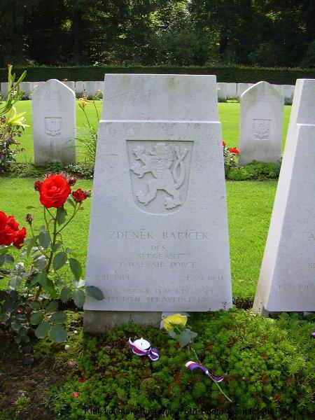 Hrob Zdeňka Babíčka, palubního střelce 311. československé bombardovací peruti RAF, hřbitov Reichswald, foto: Juranovi