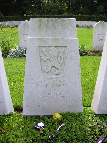 Hrob Aloise Jarnota, palubního střelce 311. československé bombardovací peruti RAF, hřbitov Reichswald, foto: Juranovi