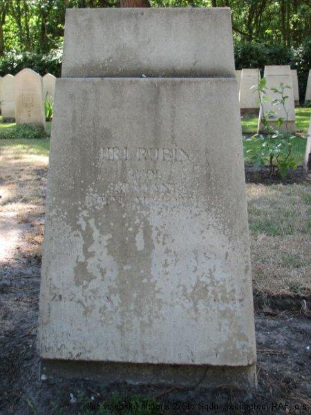 Hrob Jiřího Rubína, palubního střelce 311. československé bombardovací perutě RAF, Brookwood
