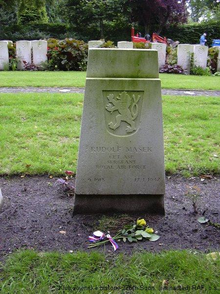 Hrob Rudolfa Maška, palubního střelce 311. československé bombardovací perutě RAF, Tilburg, Holandsko, foto: Juranovi