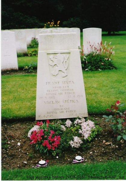 Hrob Václava Štětky, palubního střelce 311. československé bombardovací perutě RAF, foto: Juranovi